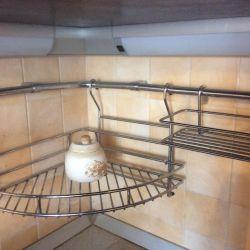 Ένα σύνολο ράφια, γάντζους στην κουζίνα