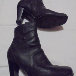 FEMALE BOOTS FOR SALE.