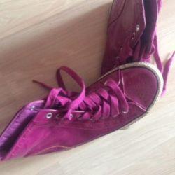 Parlak ahududu spor ayakkabı kullanılır