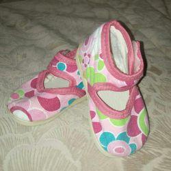 Σανδάλια για το σπίτι, καροτσάκια. Παπούτσια