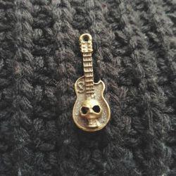 Брелок подвеска гитара и череп маленький