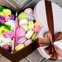 Τριαντάφυλλα σε ένα κουτί δώρου με macaroons
