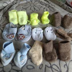 Шкарпетки в'язані, пінетки для самих маленьких.