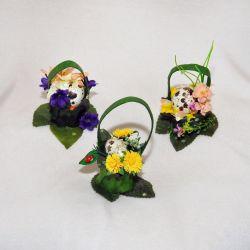 Πασχαλινό καλάθι με αυγό και λουλούδια