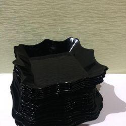 Набор черных тарелок