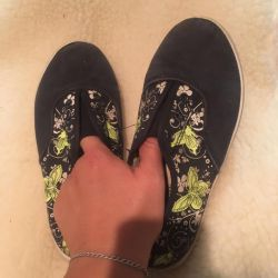 Sneakers sneaky on girl size 33