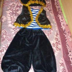 carnival costume robber (pirate)