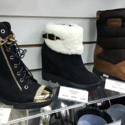 Ayakkabılar. Çizme. Ayakkabılar. sandalet
