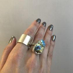 Doğal taşlı gümüş yüzük.