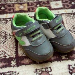 Παιδικά πάνινα παπούτσια κατά την περπάτημα της σόλας