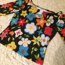 Bright blouse in perfect condition