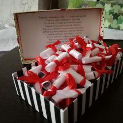 Cutie cu felicitări pentru soțul ei