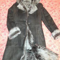 Palton natural de piele de oaie.