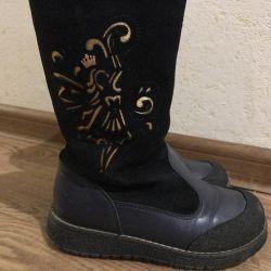 Bir kız için doğal, kışlık botlar