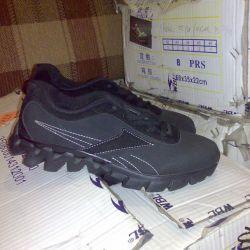 Çocuklar için spor ayakkabıları yenidir.