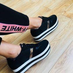 Yüksek taban üzerinde spor ayakkabı