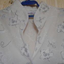 Bluzele și cămășile sunt albe