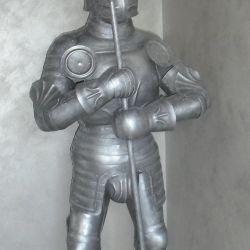 Bir halberd metal heykel ile şövalye.