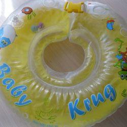 Bebeğin yüzme elbisesinin boynunun etrafında bir daire