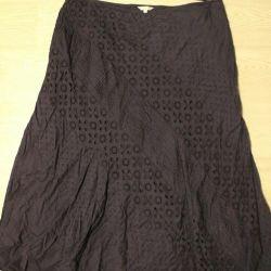 Η φούστα είναι σκούρο μπλε
