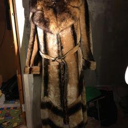 Γούνα παλτό στο πάτωμα