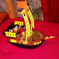 Игрушка-корабль с пиратами, с замком