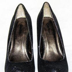 Όμορφα, γυαλιστερά παπούτσια με ψηλό τακούνι