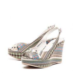Takozlar üzerinde sandaletler (yeni)