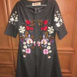 Coat with embroidery with a short sleeve.