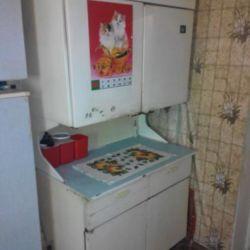 Masa ile buzdolabı.