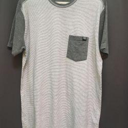 Το μπλουζάκι είναι καινούριο, γκρι με μικρές λευκές λωρίδες.