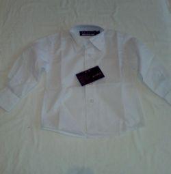 Ένα νέο λευκό πουκάμισο.