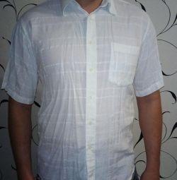 Gömlek beyaz.