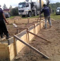 Instalarea fundațiilor de benzi și piloți.