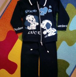 Costumul este tricotat, atârnat de 2-3 ani