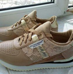 Kadınlar için spor ayakkabılar.