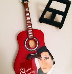 Chitara decorativă pe stand