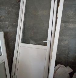 Üst kısımda camlı kapı