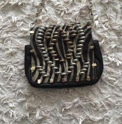 Bir zincir üzerinde şık debriyaj çanta