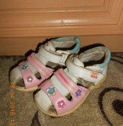Sandale din piele de dimensiune 24-25.