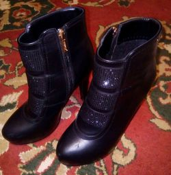 Very comfortable! Selling boots with heels!