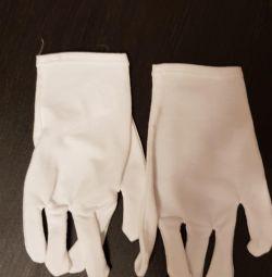 Gloves for moisturizing hands