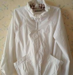 Белая куртка-ветровка