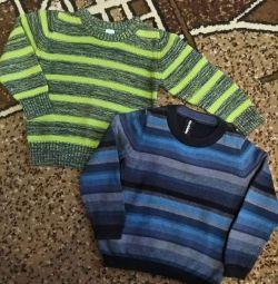 Фирменный свитер для мальчика.