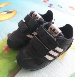 Τα αθλητικά παπούτσια χρησιμοποιούσαν το adidas 22 σελ.