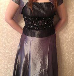 Φόρεμα το βράδυ στο πάτωμα