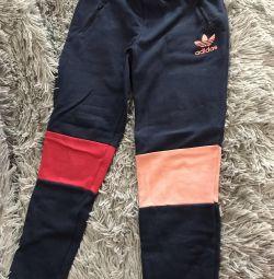 Pantaloni sport pentru o fată