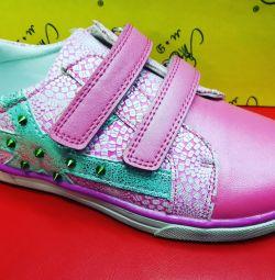 Kız için alçak ayakkabılar