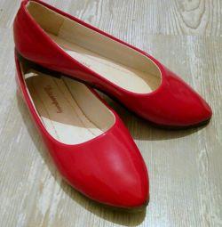 Pantofi de balet pentru femei sunt lăcuite în roșu. nou