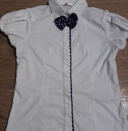 Beyaz bluz yüksekliği 150 h / s